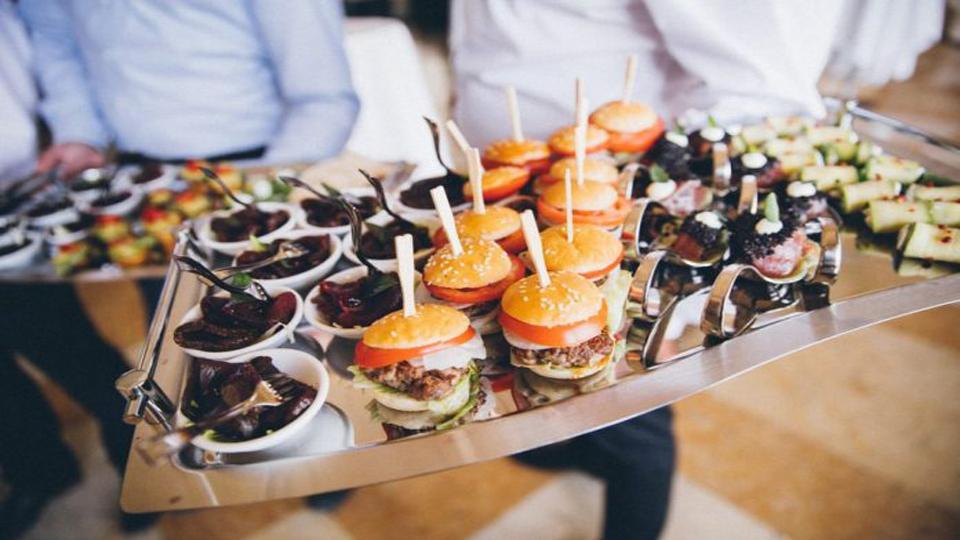 خدمات پذيرايي رستوران، پرسش ها و امکانات